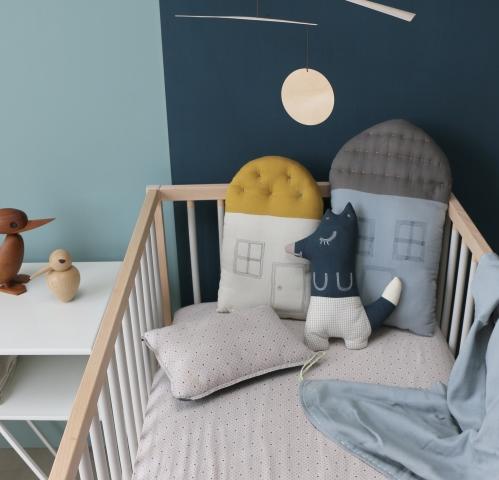 camomile-london-midi-house-cushion-chambray-blue-dark-grey-sfeer-1